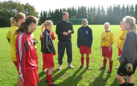 Fodboldhold står samlet om træner