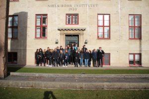 En klasse ude foran Niels Bohr Institutet