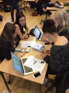 Studiegruppe sidder og arbejder på deres computere