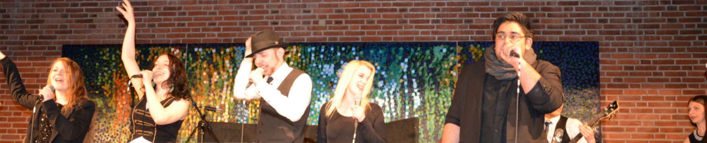 Udklædte studerende, som synger foran et publikum