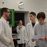 4 elever diskuterer kemi