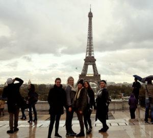 Elever foran Eifeltårnet