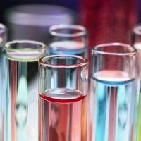 Reagensglas med forskellige farvede væsker