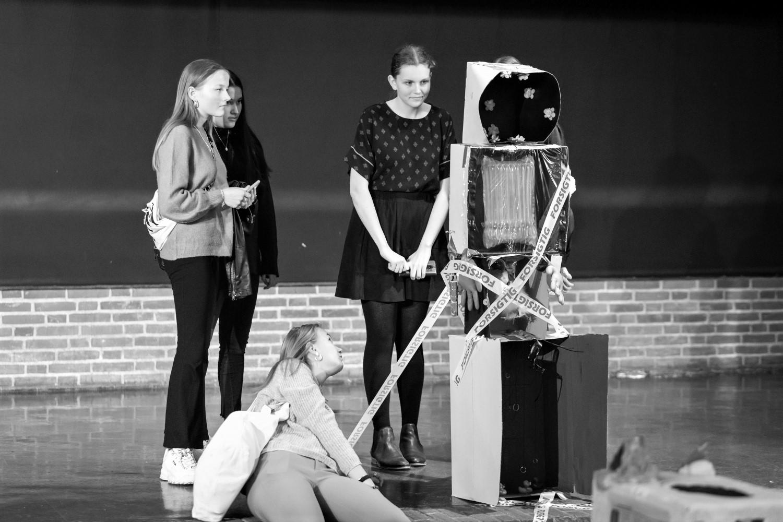Elever fremviser skulptur